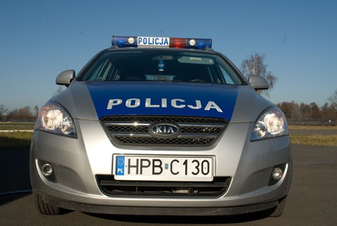Policjanci na miejscu pomogli w usunięciu skutków stłuczki