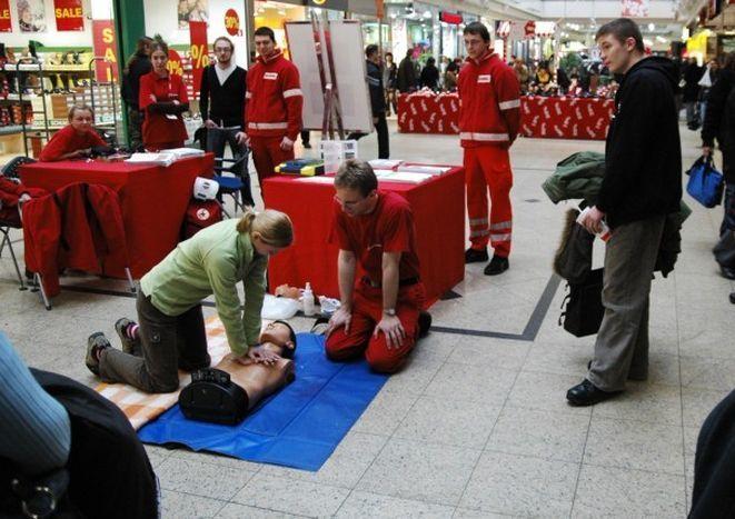 Wrocławscy ratownicy uczą jak udzielać pierwszej pomocy.