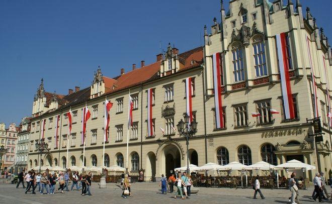 Biało-czerwone flagi zawisły na wrocławskim Ratuszu