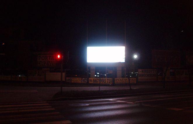 Reklamy migocą i zmieniają się co kilkanaście sekund. Tak by kierowca zdążył je przeczytać na czerwonym świetle.