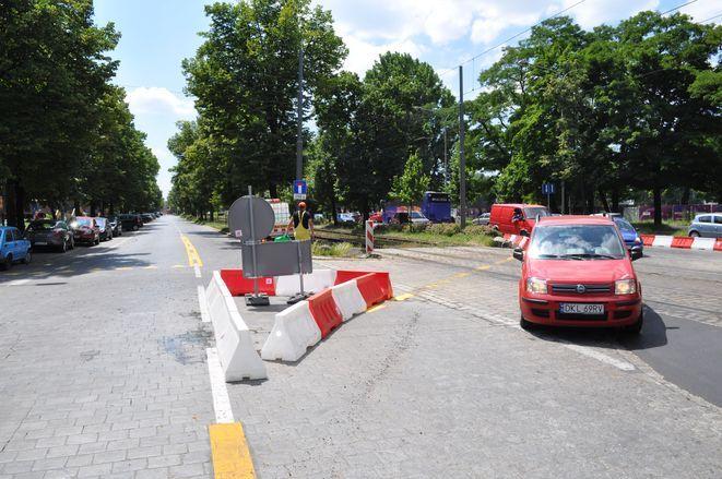 W ubiegłym roku zamknięta była jezdnia wschodnia Powstańców Śląskich i auta jeździły tą bliżej wieżowca. Teraz będzie na odwrót