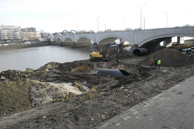 Pod mostami Warszawskimi powstanie trasa rowerowa. Prace budowlane już trwają