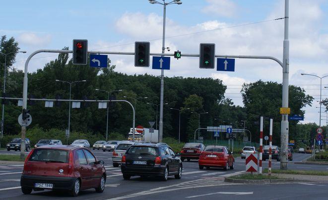 Od piątku sekundniki pomagają w ruchu na nowym skrzyżowaniu