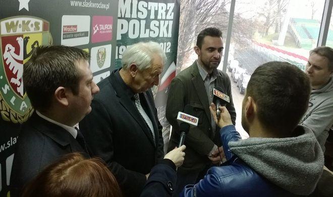 Szef rady nadzorczej Śląska Wrocław Włodzimierz Patalas (w środku) przedstawia nowego prezesa i wiceprezesa klubu