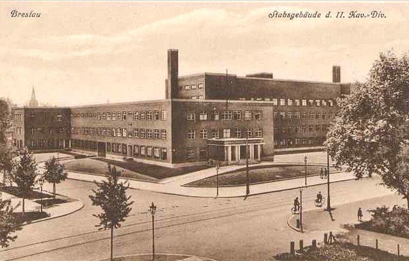 Budynek Komendantury Wojskowej autorstwa Otto Ludwiga Salvisberga wybudowany w 1928 roku w rekordowym tempie 85 dni . Na pierwszym planie widoczne skrzyżowanie ulic Gajowickiej (Gabitz Strasse) i Pretficza (Hardenberg Strasse).