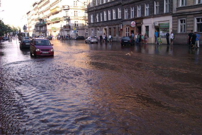 Niestety tak duże awarie wodociągowe zdarzają się we Wrocławiu kilka razy w roku [zdjęcie ilustracyjne]
