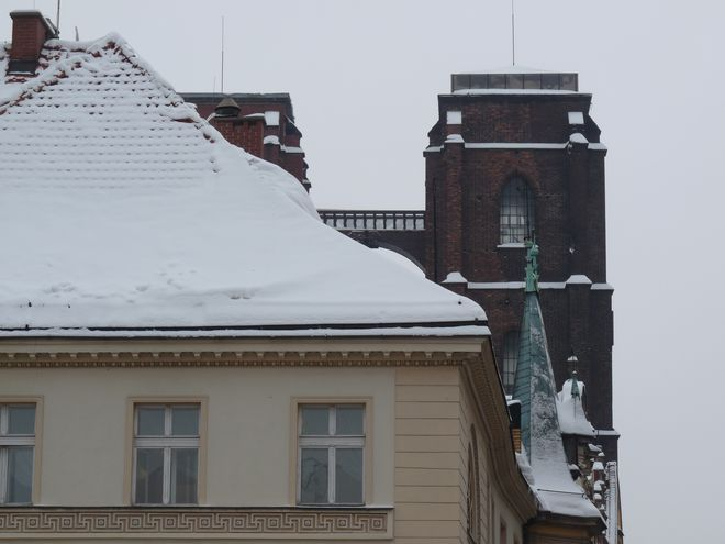 Niebezpieczny śnieg trzeba również usuwać z dachów