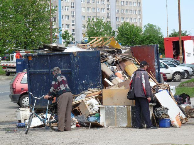 Mimo zapewnień władz, pełne kontenery śmieci straszą na Kozanowie.