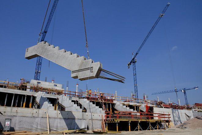 Gdy skończy się budowa trybun murawa będzie sięgać tak wysoko, jak platforma, którą widzicie na pierwszym planie.