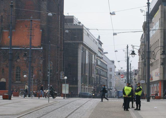Strażnicy miejscy pomagają bezdomnym przetrwać zimę