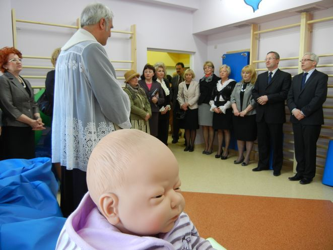 Sale w nowej Szkole Rodzenia poświęcił ksiądz.