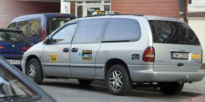 Taksówkarze mają coraz mniej miejsc do parkowania we Wrocławiu.