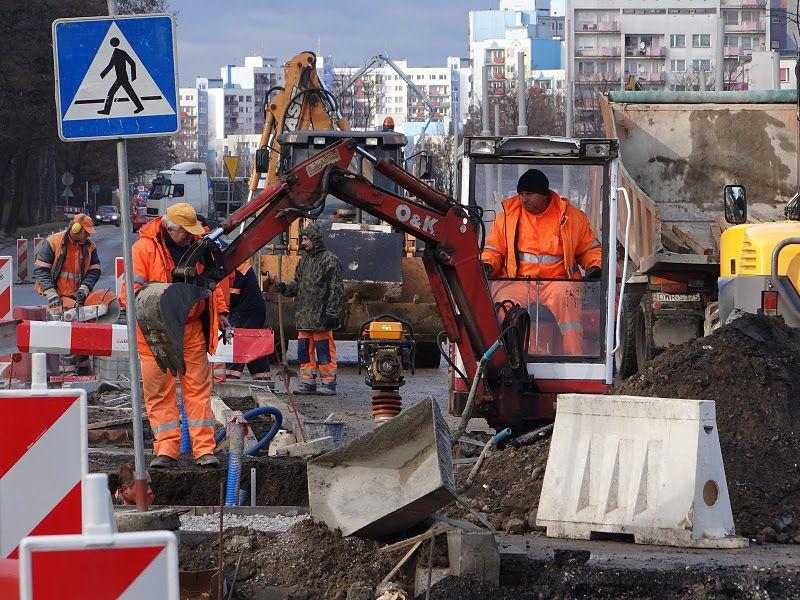 Robotnicy przy budowie torowiska pracują w pocie czoła
