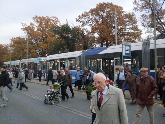 Z roku na rok coraz więcej osób decyduje się na skorzystanie w tym dniu z komunikacji miejskiej.