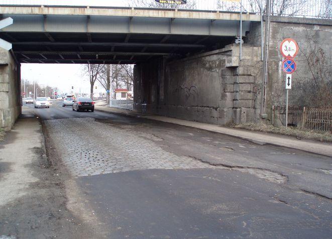 Do wiaduktu jezdnia jest wzorcowa, pod nim drogowy koszmar.