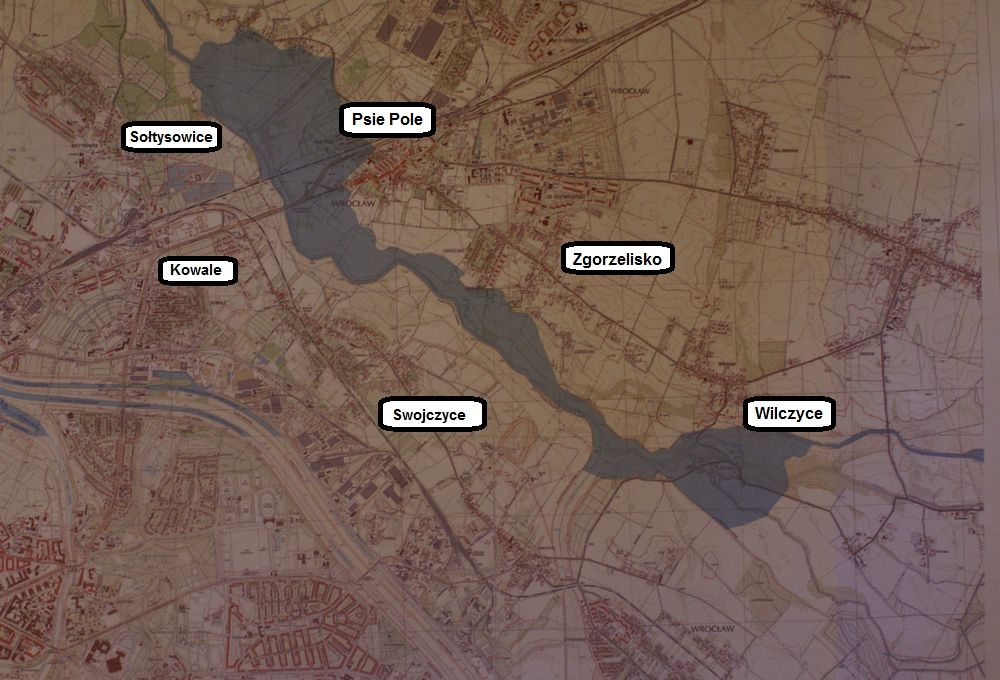 Na zdjęcie mapy pokazującej, które tereny mogą zostać zalane (na niebiesko) nanieśliśmy nazwy osiedli.