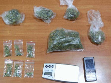 Gdy policja weszła do mieszkania, babcia z wnuczkiem właśnie dzielili marihuanę na porcje