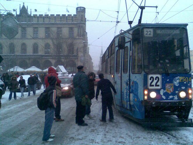 Na skrzyżowaniu przy Placu Wolności z szyn wykoleił się tramwaj linii 22.