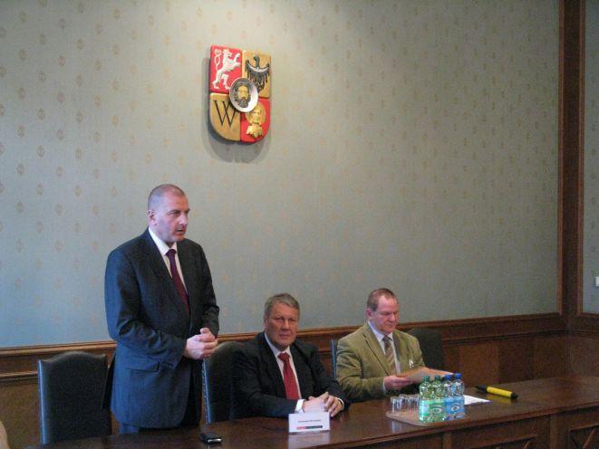 Prezydent Rafał Dutkiewicz, rektor UWr prof. Marek Bojarski i rzecznik dr Marek Zimnak.