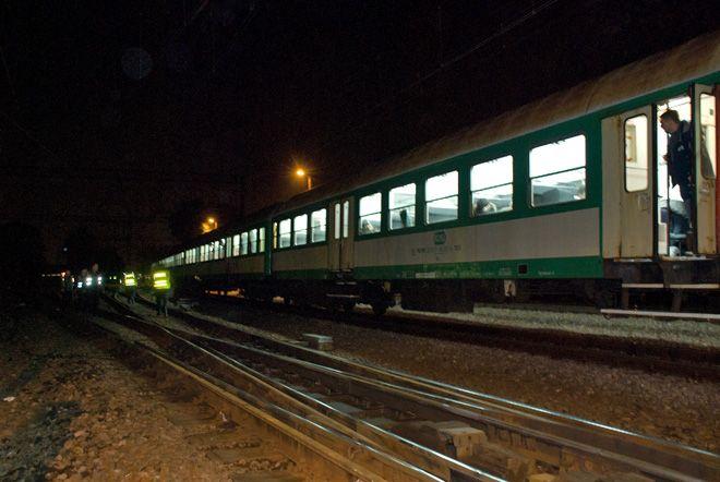 Wykolejony pociąg osobowy.