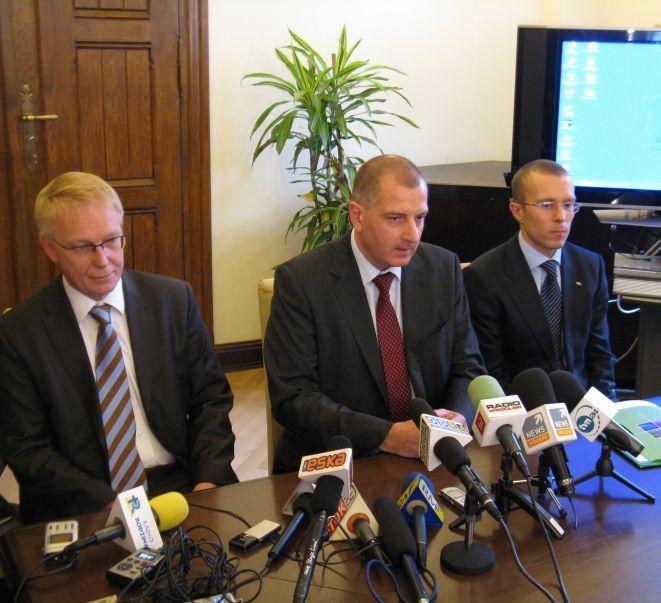Tomas Speak - członek zarządu spółki Wrocław 2012, prezydent Rafał Dutkiewicz, Michał Janicki z Departamentu Spraw Społecznych.