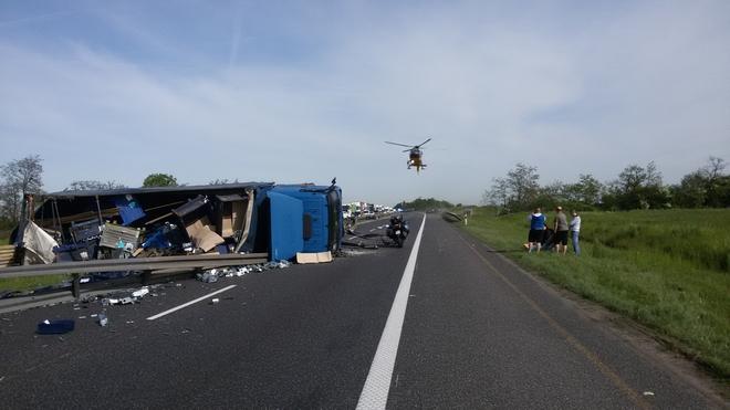 We wtorkowe przedpołudnie na podwrocławskim odcinku doszło do groźnego wypadku z udziałem samochodu ciężarowego