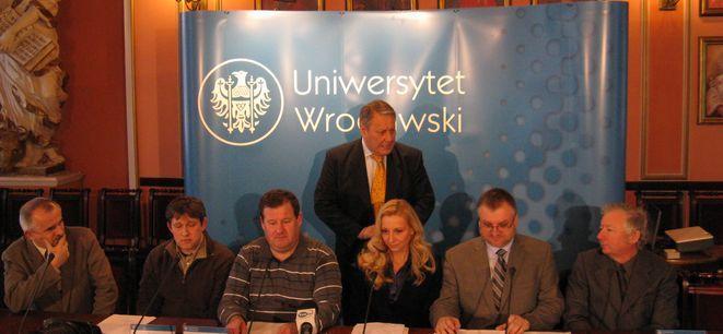 Rektor Uniwersytetu Wrocławskiego Marek Bojarski wraz z naukowcami, którzy odkryli szczątki neandertalczyka.
