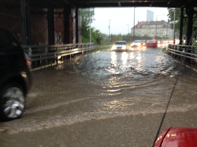 Pod wieloma wiaduktami we Wrocławiu zgromadziło się nawet pół metra wody - tu na ulicy Inżynierskiej