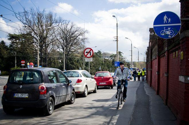 Dziś rowerzyści muszą się przeciskać przez wąski chodnik