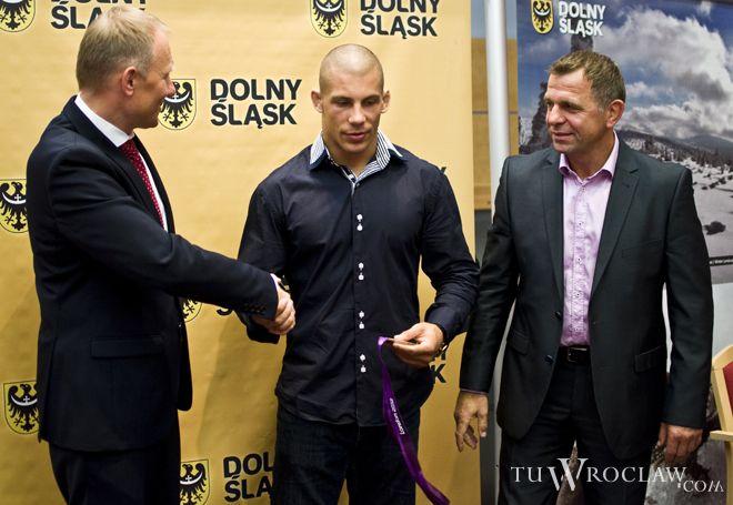 W ubiegłym roku sportowiec odniósł największy sukces w karierze. Gratulej mu marszałek Rafał Jurkowlaniec. Z prawej trener Józef Tracz