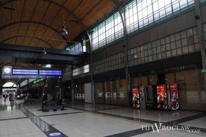 Szklane instalacje mają ożywić hol główny dworca