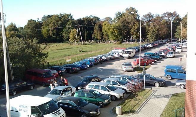Dzikie parkowanie, czyli uliczki wokół stadionu podczas imprez, mru