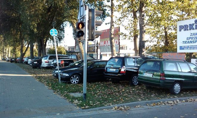 Straż miejska robi porządek ze źle zaparkowanymi autami