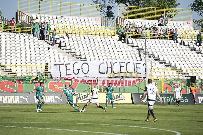 Podczas meczu u siebie z Polonią Bytom kibice Śląska protestowali przeciw rozgrywaniu meczy bez publiczności. Może się okazać, że w czwartek nie wpuszczą ich na Oporowską.