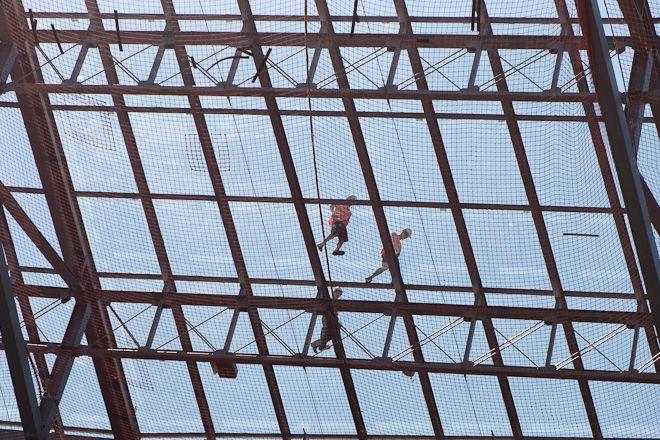 Robotnik nie spadł z dachu nad trybunami stadionu...