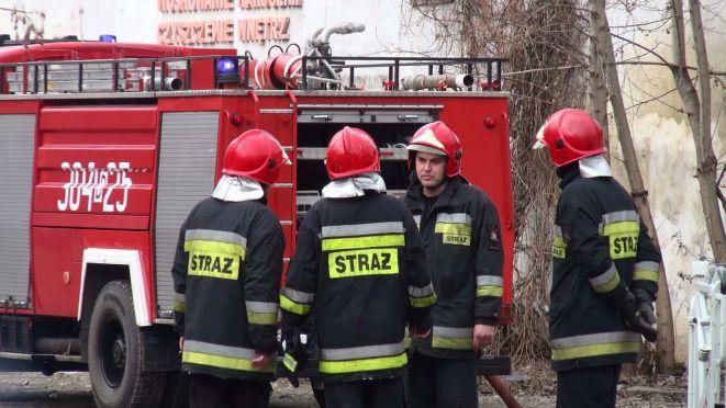 Strażacy szybko poradzili sobie z ogniem i ewakuowali kobietę. Dla mężczyzny było za późno