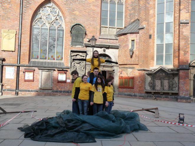 Ruchomy pomnik postawiony został na na placu przed kościołem Św. Elżbiety.