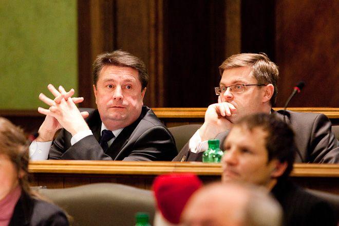 Radny Michalak (z prawej) do radnej Granowskiej: my stoimy tam gdzie Śląsk, wy tam gdzie rośnie szczaw