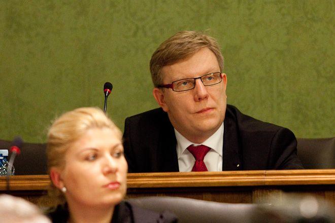 Radny Krzysztof Bramorski dopytywał się dlaczego w umowie z Mennicą nie ma żadnych zapisów dotyczących gwarancji prawidłowego działania systemu.