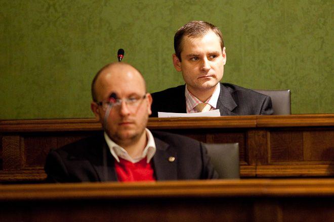 Leszek Cybulski (z tyłu) był jedynym radnym SLD
