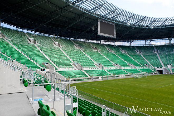 Przed wrocławskim stadioniem tworzyły się we wtorek gigantyczne kolejki