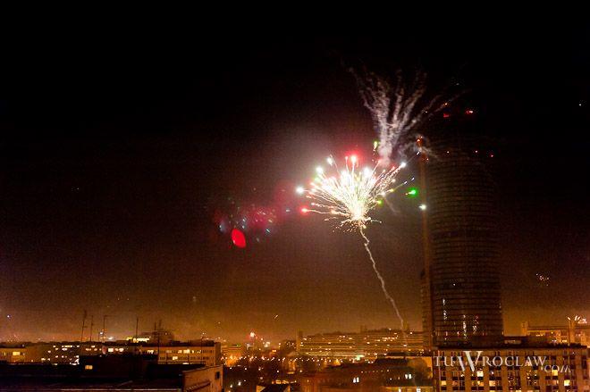 W ostatnią noc w roku fajerwerków na wrocławskim niebie nie brakuje