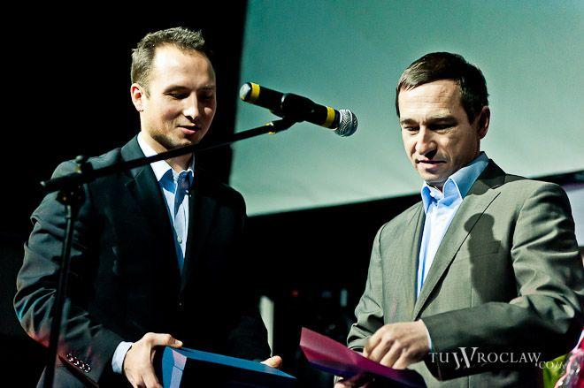 W imieniu Rafał Dutkiewicza, nagrodę odebrał wiceprezydent Maciej Bluj (z prawej)