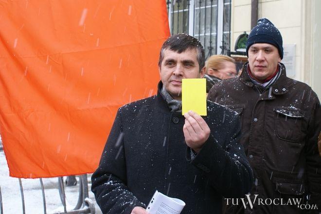 Politycy Ruchu Palikota pokazali prezydentow Dutkiewiczowi i jego radnym żółtą kartkę