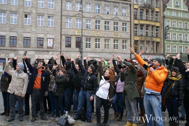 We flash mobie pod pręgierzem wzięło udział kilkadziesiąt osób
