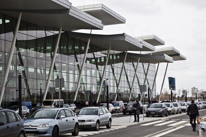 Na pasażerów pod nowym terminalem czekać będą trzy korporacje taksówkarskie