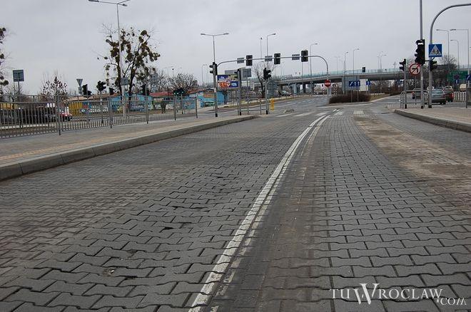 Kostka na Strzegomskiej zapadła się niedługo po zakończeniu generalnej przebudowy całej drogi