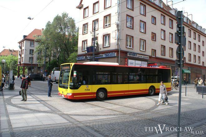 Autobus zaparkował na ul. Oławskiej