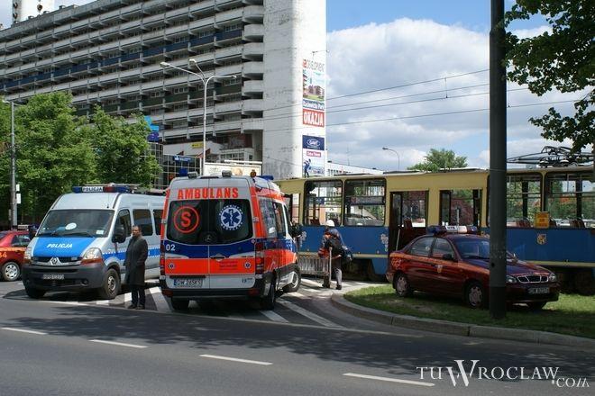 Dwie nastolatki wpadły pod tramwaj na przejściu dla pieszych obok galerii Sky Tower