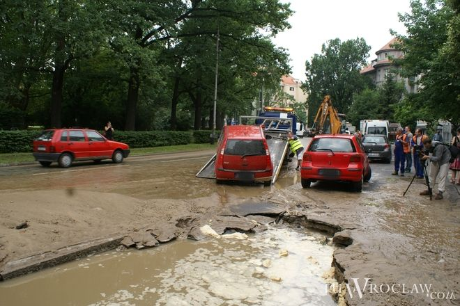 Do dziury w ziemi częściowo wpadł zaparkowany samochód. Wyciągnęła go pomoc drogowa